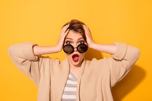 안 돼요 세련 된 선글라스와 노란 배경에 캐주얼에 충격된 여자의 초상화를 닫습니다 경외감에 대한 스톡 사진 및 기타 이미지