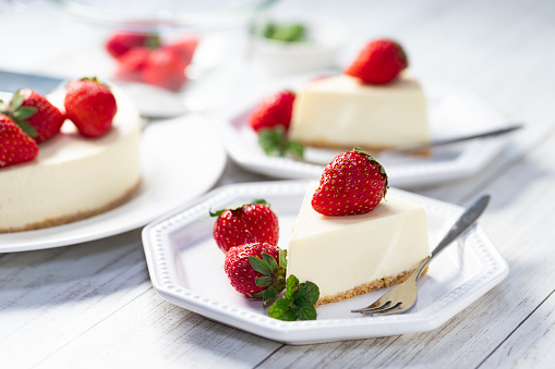 No-bake cheesecake with strawberry and mint
