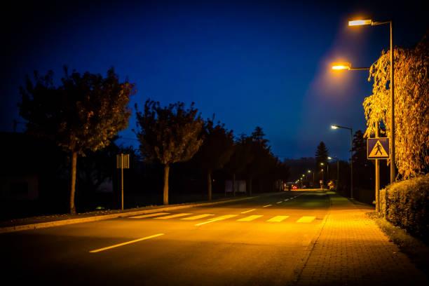 personne ne ville rue tard dans la nuit - éclairage public photos et images de collection