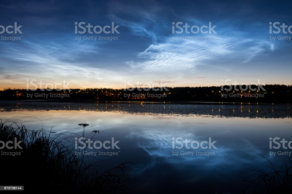 Nuages noctulescents au ciel nocturne photo libre de droits