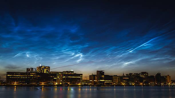noctilucent wolken über der skyline - hotels in kopenhagen stock-fotos und bilder