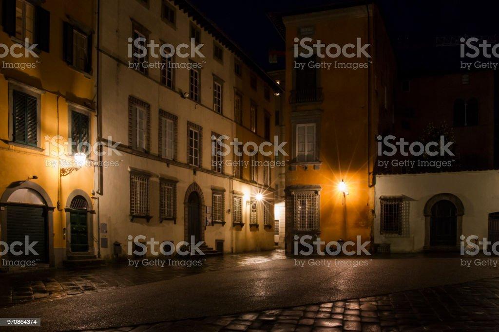 Nocturnal Altstadt Straßen mit Straßenbeleuchtung in der toskanischen Stadt Lucca in Italien – Foto