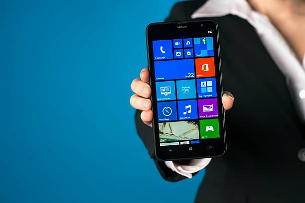 nokia lumia 1320 in einer hand - microsoft windows stock-fotos und bilder