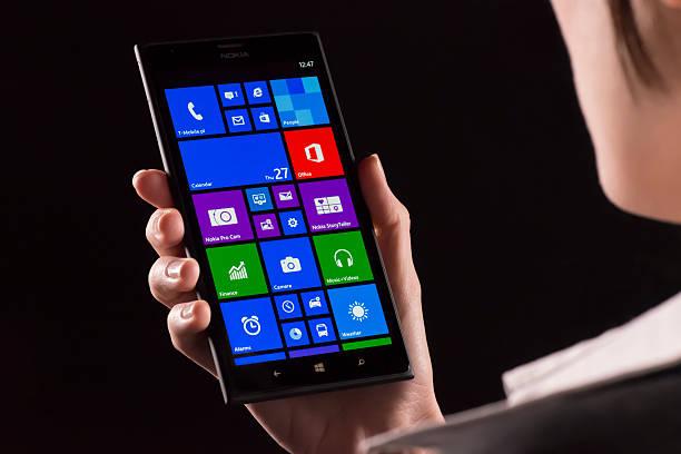 nokia lumia 1520 in einer hand - microsoft windows stock-fotos und bilder