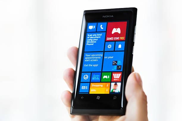 nokia lumia 800 mit windows phone 8 - microsoft windows stock-fotos und bilder