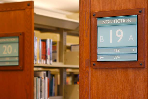 keine-fiction - bibliothekschilder stock-fotos und bilder