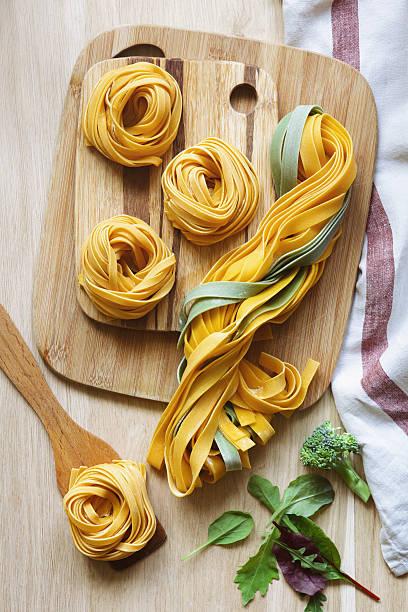 pasta tagliatelle. - spaghetti mit spinat stock-fotos und bilder