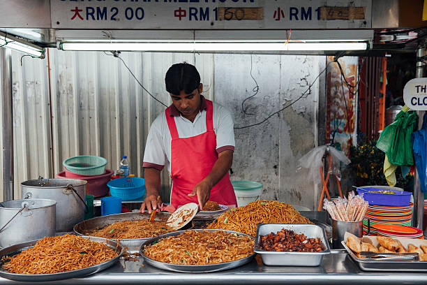 noodle stall at the kimberly street market, penang - ein topf wunder stock-fotos und bilder