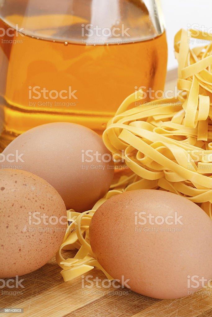 Spaghetti e uova sul tavolo foto stock royalty-free