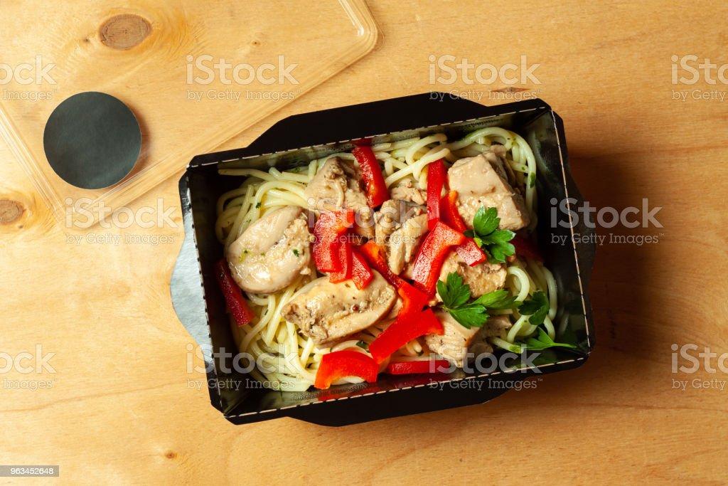 Noodles with parsley, and chicken - Zbiór zdjęć royalty-free (Bez ludzi)