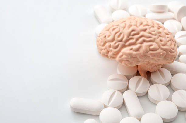 Nootropos utilizan para mejorar la memoria y la función neuronal, drogas inteligentes y potenciadores cognitivos idea conceptual con el cerebro y píldoras aisladas en fondo blanco con espacio de copia - foto de stock