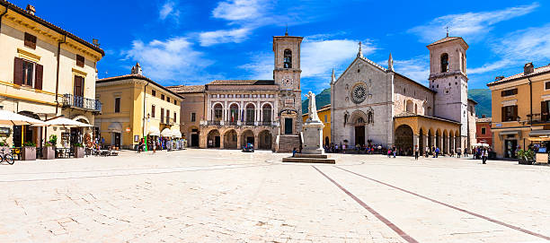 norcia, piazza of san benedetto. umbria, italy - 타운 스퀘어 뉴스 사진 이미지