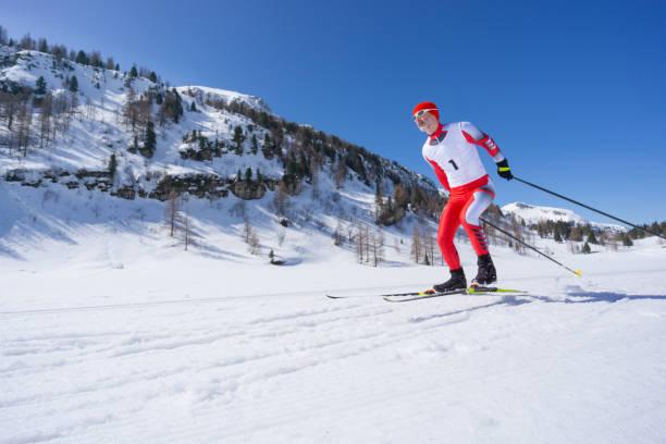 nordiska längdåkare skridskor på snö sport spår i bergen - winter austria train bildbanksfoton och bilder