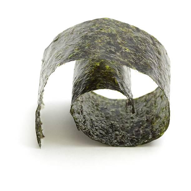 nori comestible algas laminado - algas fondo blanco fotografías e imágenes de stock