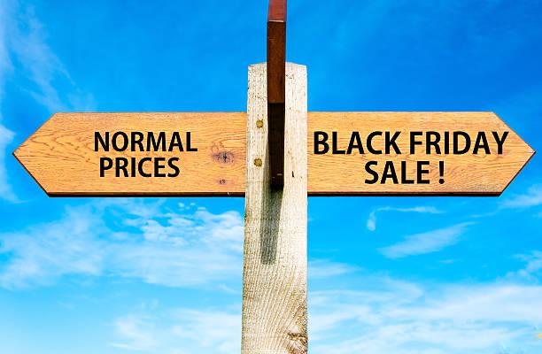 normal en comparación con los precios de venta de viernes negro, ventas de imágenes conceptuales de mensajes - black friday sale fotografías e imágenes de stock