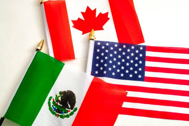 north american free trade agreement of nafta en 2026 voetbalwereld cup organiserende landen concept met close up op de vlaggen van mexico, de vs en canada - internationale voetbal stockfoto's en -beelden