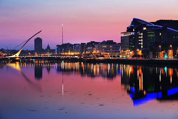 north bank of the river liffey at dublin city center - torenspits stockfoto's en -beelden