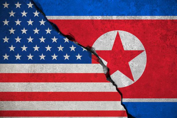 壊れたレンガ壁に北朝鮮フラグおよび半分アメリカ アメリカ合衆国のフラグ、危機トランプ大統領と北朝鮮の核原子爆弾に戦争の危険 - 朝鮮半島 ストックフォトと画像