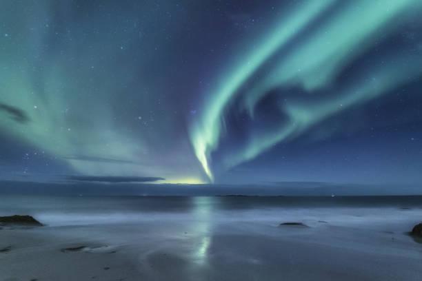 Northen luz debaixo de montanhas. Bela paisagem natural da Noruega - foto de acervo