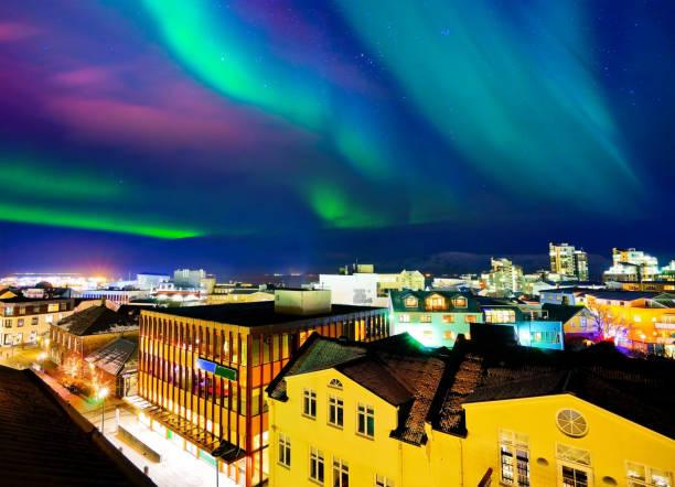 northern light from the city center in reykjavik, iceland. - islandia zdjęcia i obrazy z banku zdjęć