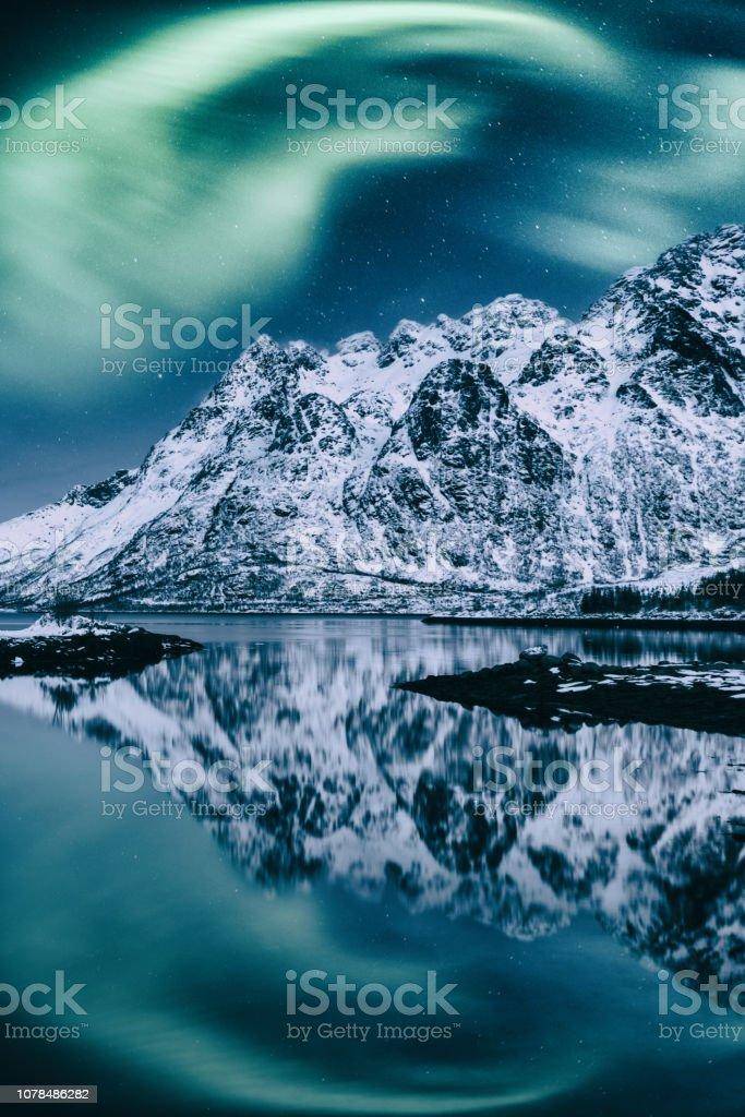 Nordlicht, Aurora Borealis, Lofoten Inseln, Norwegen. Nacht Winterlandschaft mit Polarlichter, Sternenhimmel und Berge – Foto
