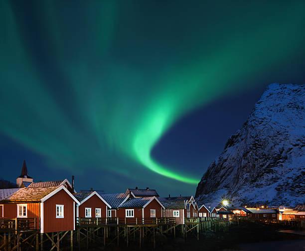 Luzes do norte-Aurora boreal sobre Reine, Lofoten, Noruega - foto de acervo
