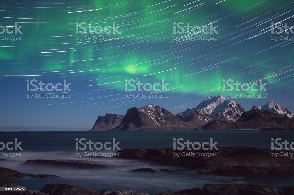 Nordlicht, Aurora Borealis mit Sternspuren über die Rocky Mountains, malerische Nachtlandschaft – Foto