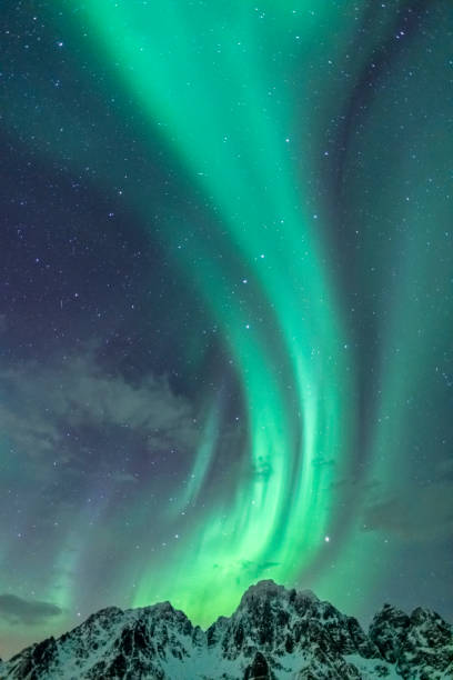 northern lights background image with mountain peaks and aurora - nord foto e immagini stock