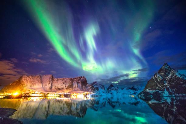 Aurora boreal no céu das Ilhas Lofoten, na Noruega - foto de acervo