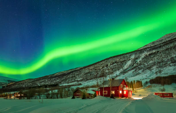 norrsken över huset på norge landsbygden - northern lights bildbanksfoton och bilder