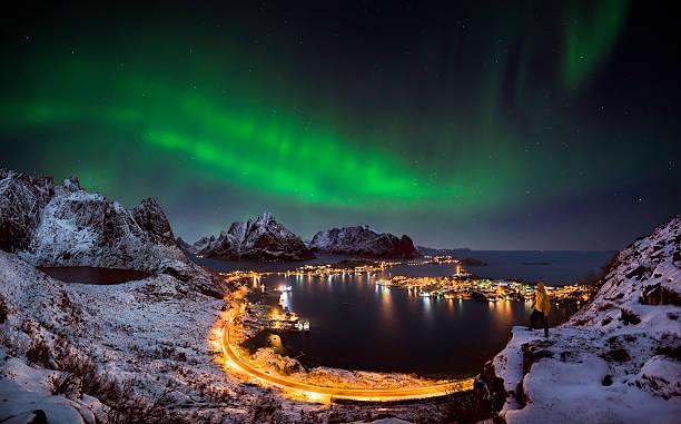Luzes do Norte sobre Reine, Noruega - foto de acervo