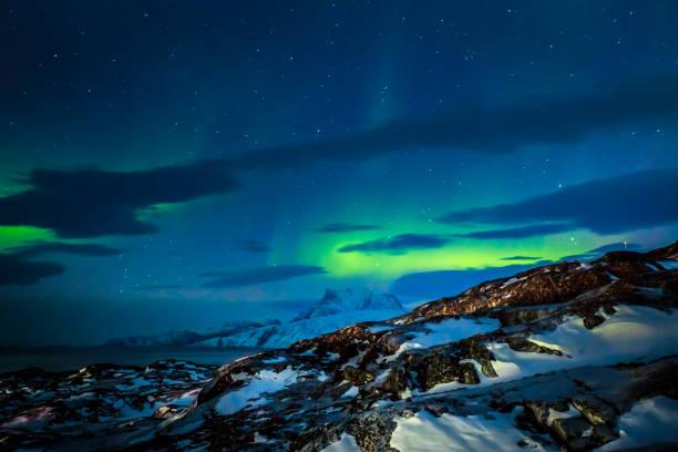 Nordlichter über den Fjord und die Berge in der Nähe der Stadt Nuuk, Grönland – Foto