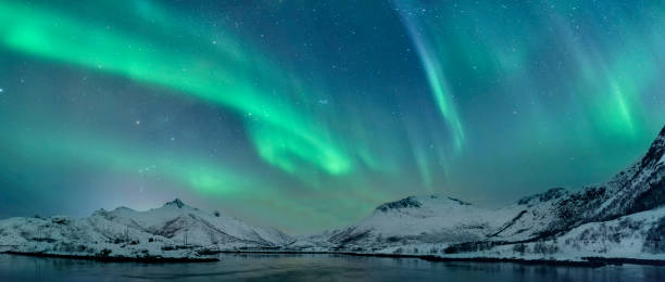northern lights over the lofoten islands in norway - nord foto e immagini stock