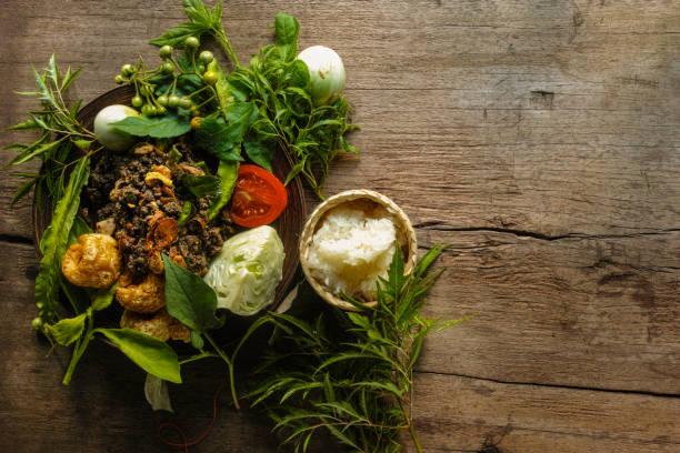 """nördlichen thai lanna-stil 'larb moo"""", die eine aus gehacktem schweinefleisch, schweineblut und fein gehackten innereien mischung gekocht mit einer vielzahl von gemischten lokalen exotischen kräutern und getrockneten chili-pfeffer. - innereien stock-fotos und bilder"""