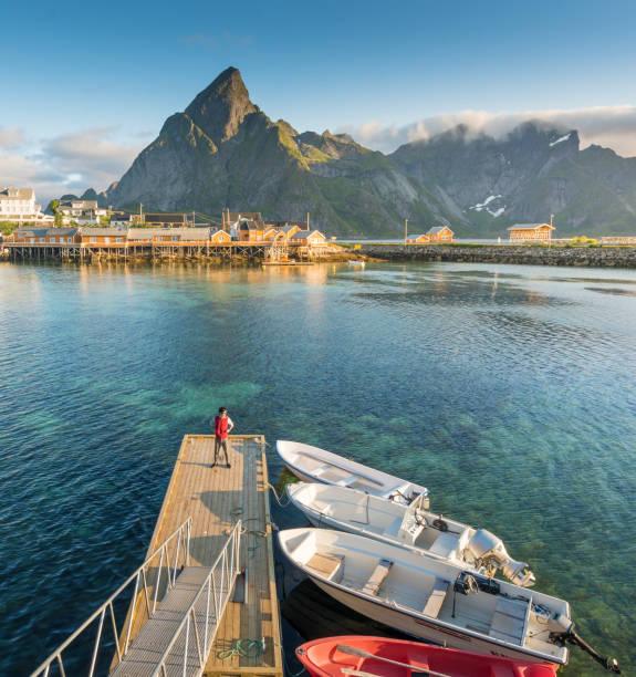 Vista panorâmica de Noruega de ilhas Lofoten na Noruega com cênica do sol - foto de acervo