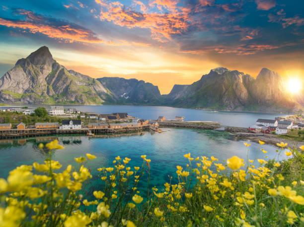 Noruega, vista das Ilhas Lofoten, na Noruega com cênica do sol - foto de acervo