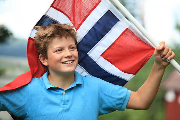 norwegische junge patriot mit flagge, oslo norwegen - norwegen fahne stock-fotos und bilder