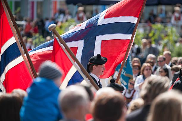 norwegische verfassungstag (17. mai) feiern parade in bergen - norwegen fahne stock-fotos und bilder