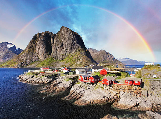 Norueguês aldeia de pescadores cabanas com arco-íris e Reine, Ilhas Lofoten, Noruega - foto de acervo