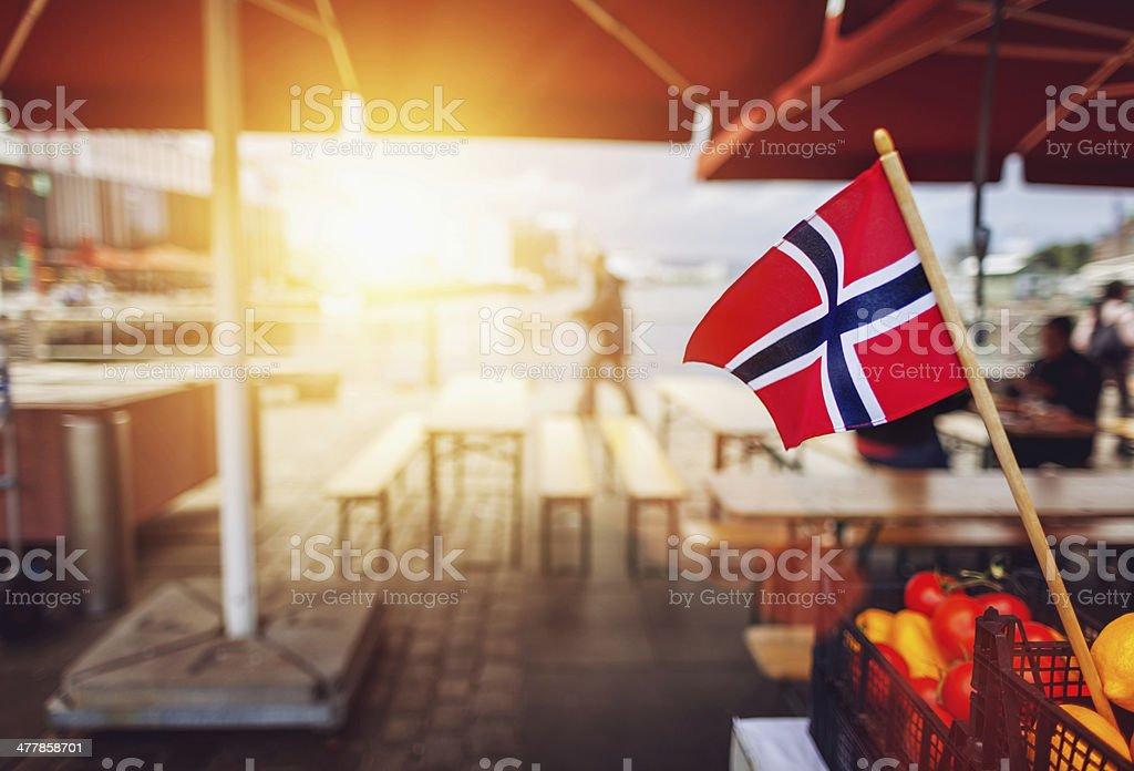 Bandeira da Noruega no porto em Bergen - fotografia de stock