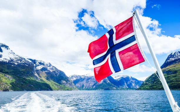 noorse vlag met mooie achtergrond - noorse vlag stockfoto's en -beelden