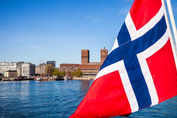 norwegian national flag close up on a ship - oslo city hall stockfoto's en -beelden