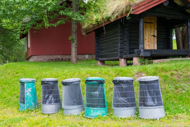 norwegische müll aus der dose in einer reihe - mülltonnenhäuschen stock-fotos und bilder
