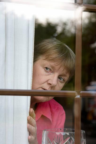 curieux voisin de la fenêtre - indiscret photos et images de collection
