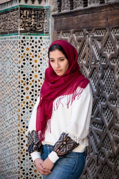 Femme musulmane nostalgique en costume traditionnel avec foulard et jeans - Photo