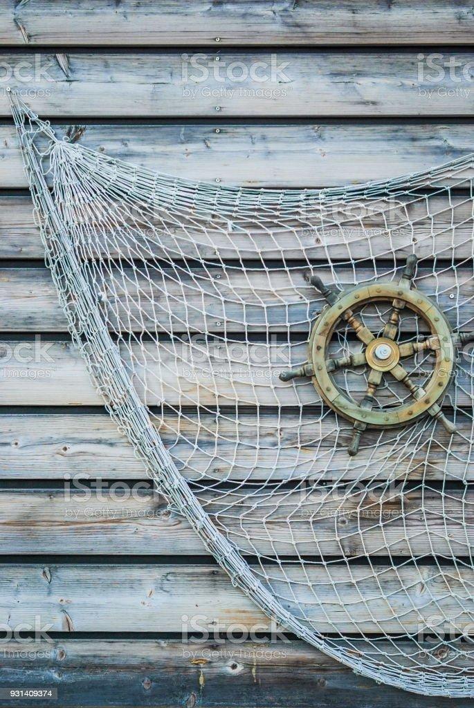 volante de madeira nostálgico navio com rede conectada na parede de madeira como decoração de pesca - foto de acervo