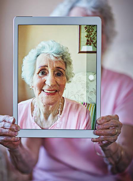 nicht schlecht für meine erste profilbild - tablet mit displayinhalt stock-fotos und bilder