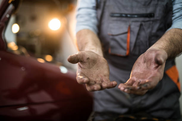 not wearing protective gloves makes hands dirty - oleo palma imagens e fotografias de stock