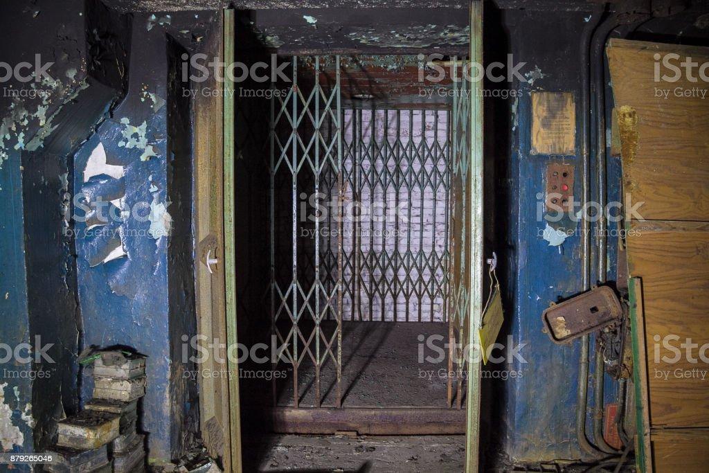 No funciona el ascensor de servicio en fábrica abandonada - foto de stock