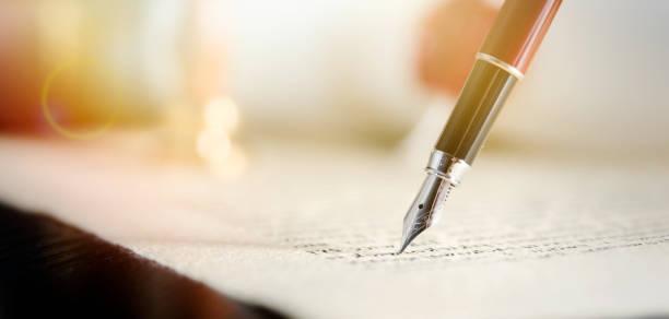 notar oder rechtsanwalt unterzeichnet gesetzlichen vertrag - unterschrift stock-fotos und bilder